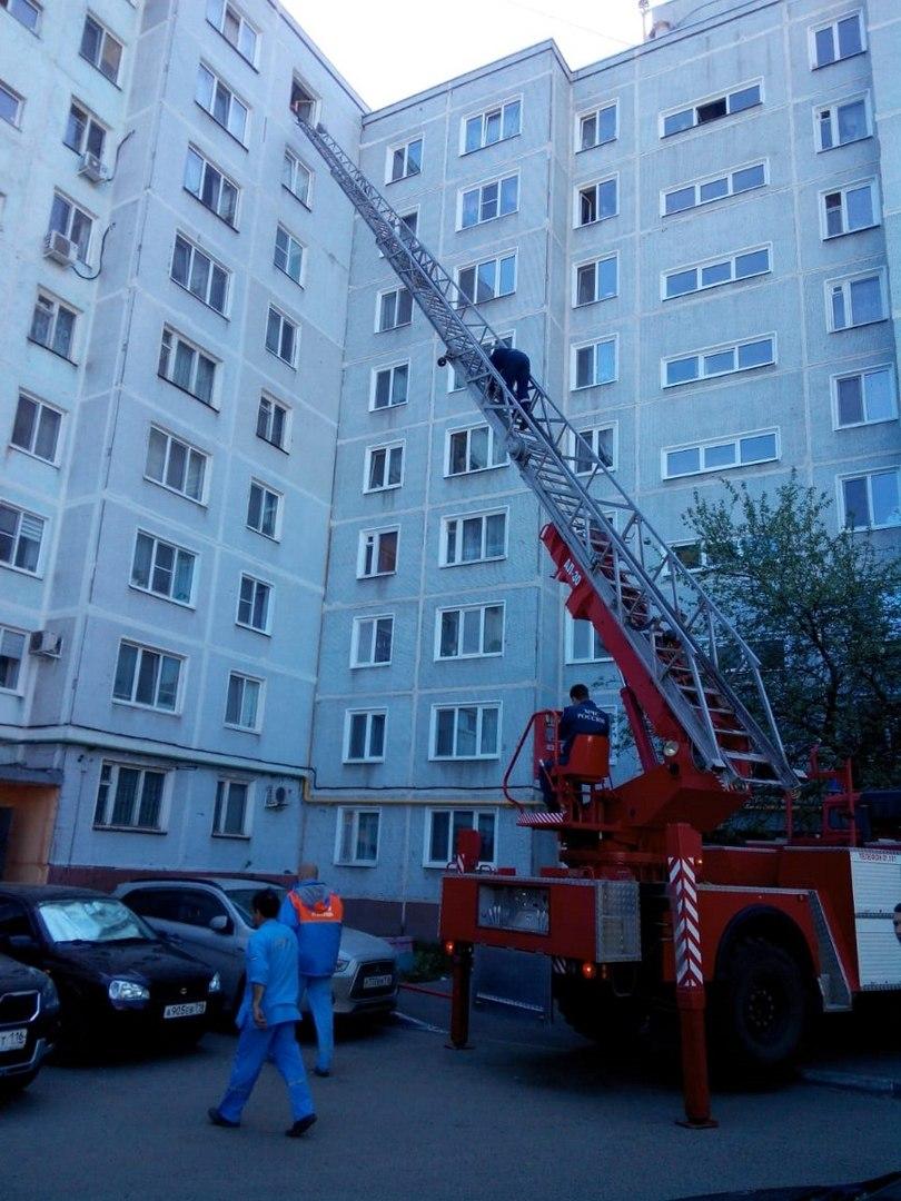 В Казани спасатели сняли с подоконника девятого этажа пожилую женщину (ФОТО)