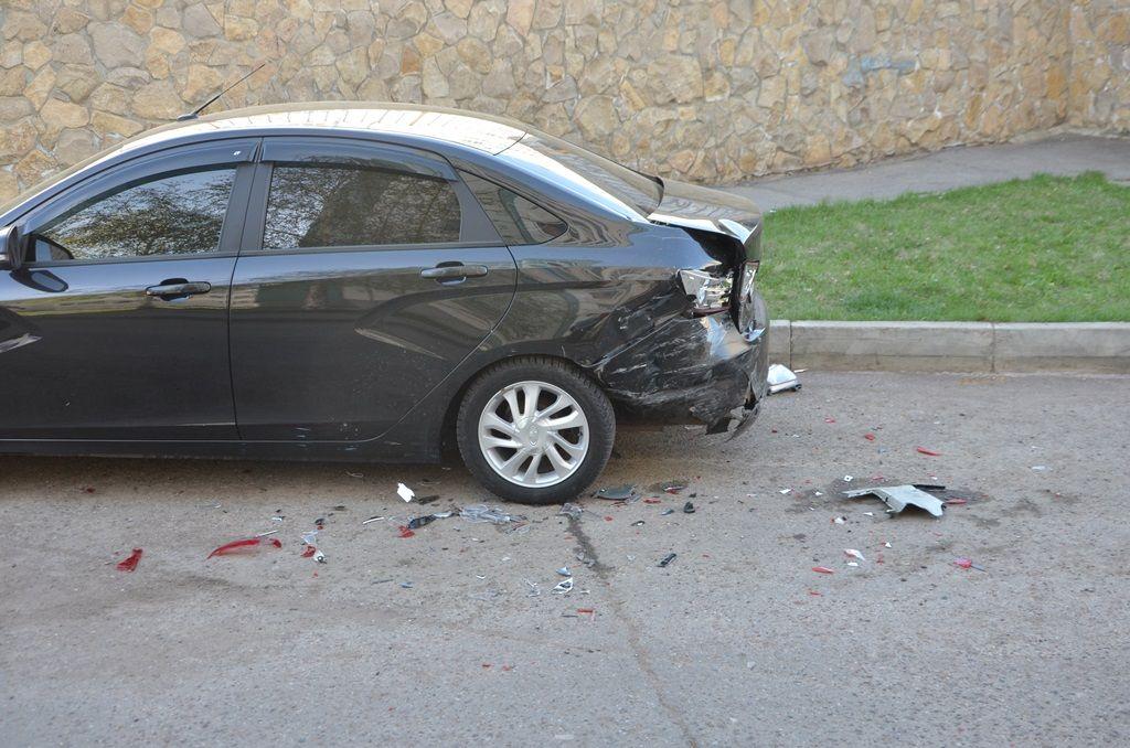 В челнинском дворе неадекватный водитель протаранил 12 автомобилей (ФОТО, ВИДЕО)