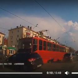 В Казани трамвай протаранил сразу три автомобиля (ВИДЕО)