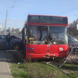 В Казани водитель автобуса сбил пенсионерку, протаранил забор и врезался в автомобиль