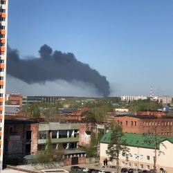 «Языки пламени поднимаются на десятки метров»: ВИДЕО пожара на Автосервисной в Казани