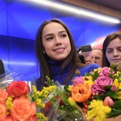 Алине Загитовой в присутствии Синдзо Абэ вручили щенка акита-ину (ФОТО)