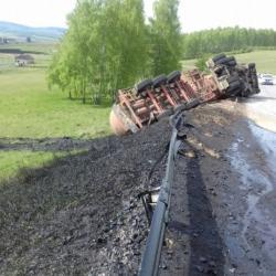 В Башкирии из перевернувшейся фуры вылилось 1,3 тонны нефти (ФОТО, ВИДЕО)
