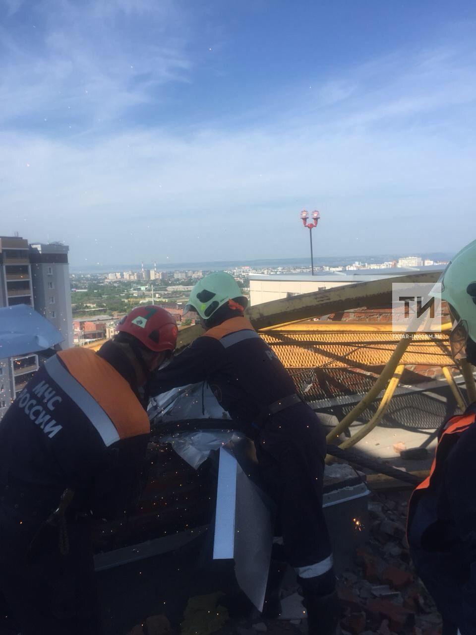 Казанские спасатели начали разбирать упавший на дом башенный кран (ФОТО)