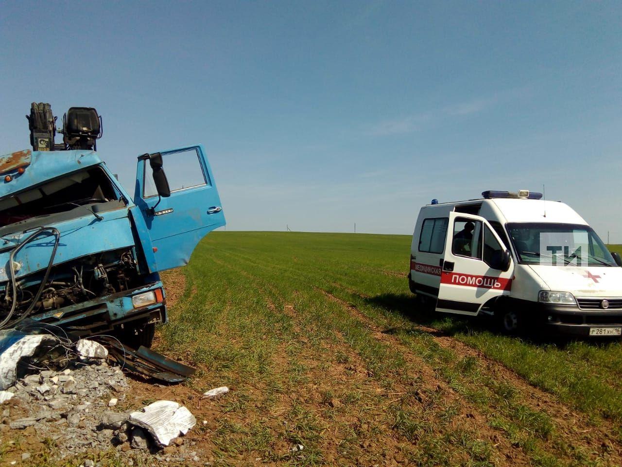 В Татарстане водитель «КАМАЗа» в чистом поле врезался в столб (ФОТО)