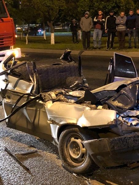Соцсети: в Челнах легковушка залетела под автовышку, пассажиру оторвало голову (ФОТО)