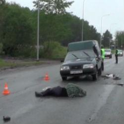 В Татарстане женщина за рулем иномарки сбила двух мужчин: один погиб, другой в реанимации
