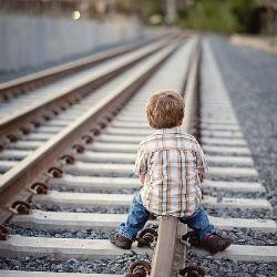 Полицейские нашли пятилетнего мальчика, бродящего вдоль железной дороги в Татарстане