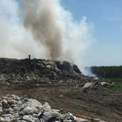 В Лаишевском районе на полигоне огнеборцы тушат тлеющую гору мусора