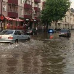 Из-за потопа на Короленко в Казани машины получили гидроудар (ВИДЕО)