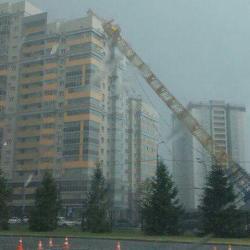 В Советском районе Казани на дом упал башенный кран (ФОТО, ВИДЕО)