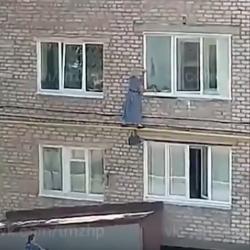 В Башкирии женщина пыталась попасть в соседнюю квартиру по трубе (ВИДЕО)