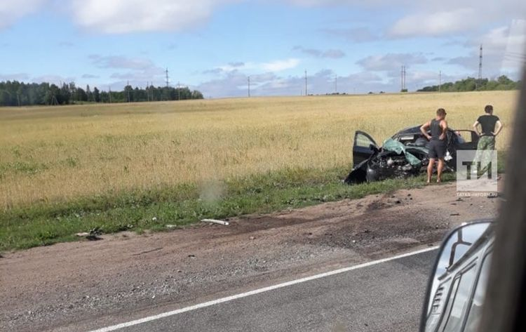 В Бавлинском районе в аварии с двумя грузовиками погиб водитель иномарки из Самары (ФОТО)