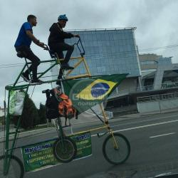 Бразильский болельщик приехал в Казань на двухэтажном велосипеде