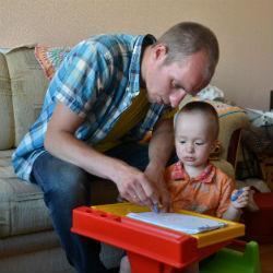 Отец оформил декретный отпуск и ухаживает за сыновьями и женой-инвалидом