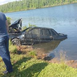 В Башкирии семья утонула во сне, съехав на автомобиле в озеро (ФОТО)