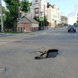 В центре Казани после провала асфальта образовалась метровая яма