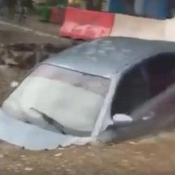 В Набережных Челнах автомобиль провалился под асфальт