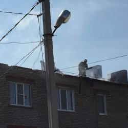 Удар молнии оставил без крыши трехэтажный дом в Татарстане