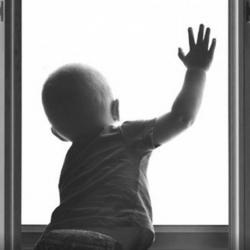 В Татарстане каждое лето из-за противомоскитных сеток из окон падают порядка 20 детей