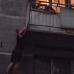 В Казани мужчина спас 2-летнего ребенка от падения (ВИДЕО)