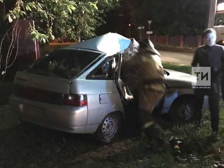 В Бугульме водитель «Лады» погиб, врезавшись на большой скорости в столб (ФОТО)