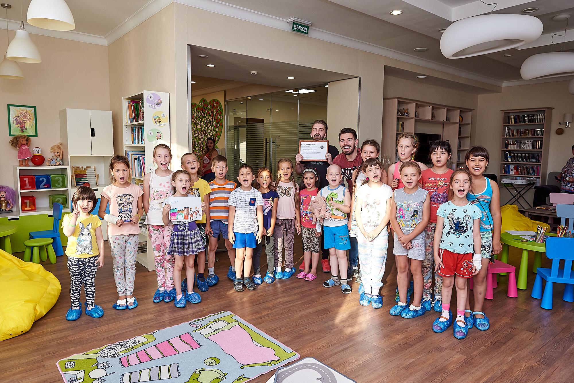«Прогульщики» читают «Волшебную книгу сказок»  в «Доме Роналда Макдоналда» (ФОТО)