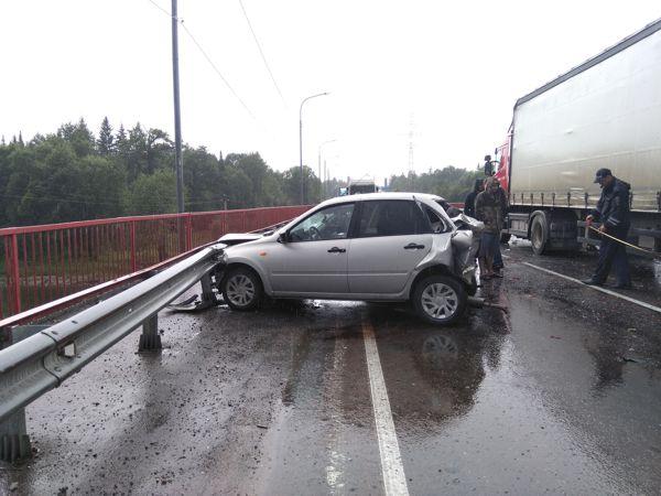 Дальнобойщик из Татарстана врезался в Бурятии в машину полицейских (ФОТО)
