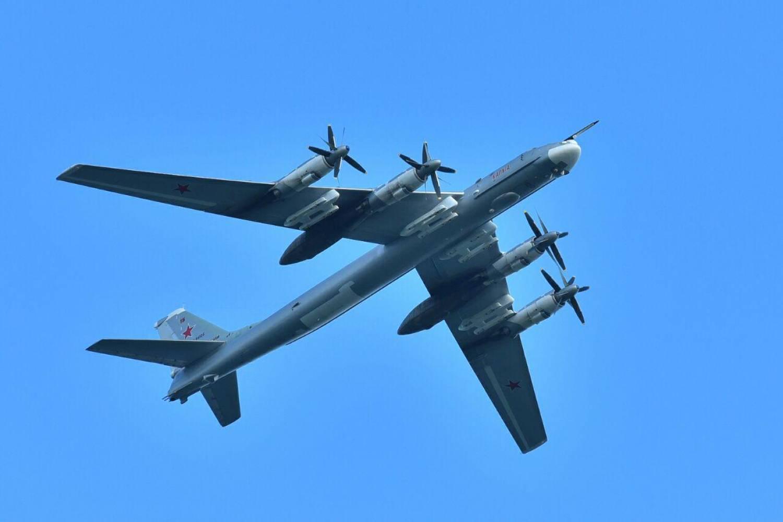 Ту-160 и Ту-95МС пролетели над акваторией Казанки