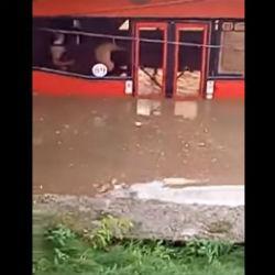Появилось ВИДЕО затопленного дождем автобуса в Казани