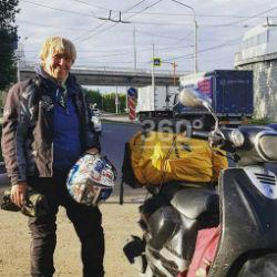 Пенсионерка из Казани отправилась в путешествие на Байкал на маленьком мопеде