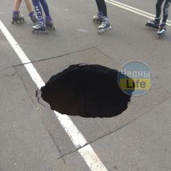В Челнах на набережной провалилась часть дороги (ВИДЕО)