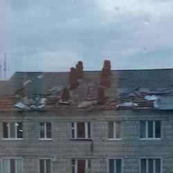 В Татарстане сильный ветер сорвал крышу четырехэтажного дома