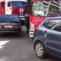 В Казани из-за коряво припаркованных авто огнеборцы не смогли проехать к месту пожара (ВИДЕО)