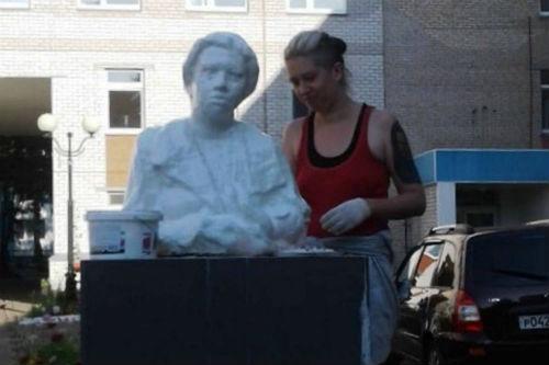 У роддома в Татарстане установили памятник кормящей матери из бинтов
