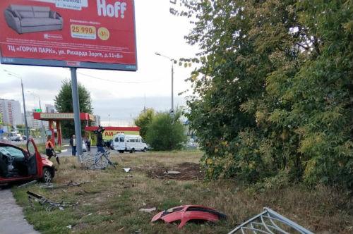 В Казани «Опель» насмерть сбил женщину, вылетев на тротуар (ФОТО)