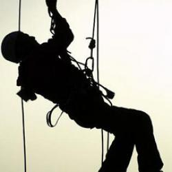 В Приволжском районе Казани с девятиэтажки сорвался промышленный альпинист