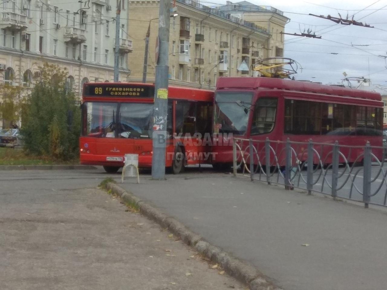 На улице Декабристов в Казани из-за аварии красного автобуса и трамвая затруднено движение (ФОТО)