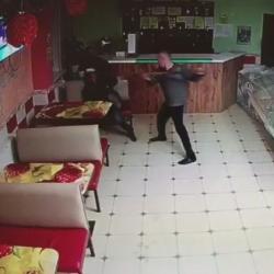 Житель Нурлата избил лопатой посетителя кафе за отказ угостить его водкой (ВИДЕО)
