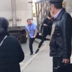 Водитель разбил зеркало автобуса в Казани и ввязался в драку (ВИДЕО)