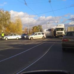 Момент падения фуры на Кировской дамбе в Казани попал на ВИДЕО