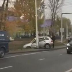 Появилось ВИДЕО аварии в Салмачах, в которой пострадал водитель влетевшей в столб «Лады»