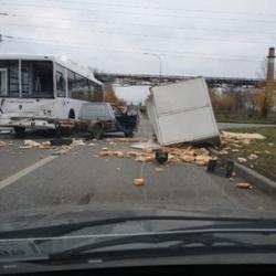 В Набережных Челнах из-за ДТП на дороге оказались десятки буханок хлеба (ФОТО)