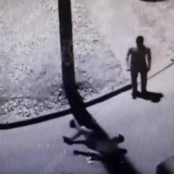 Полицейский отстреливался от четверых напавших (ВИДЕО)