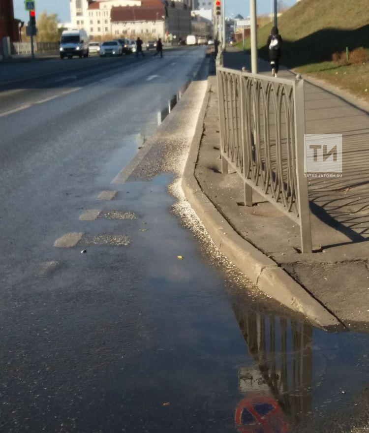 Из-за замерзшей на дороге воды в центре Казани легковушка вылетела в лоб автобусу (ФОТО)