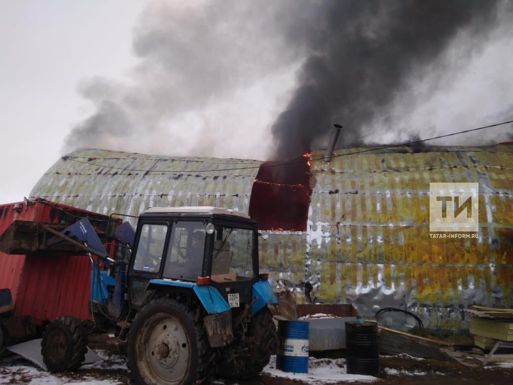 В Татарстане двое рабочих обгорели на пожаре в ангаре, пытаясь потушить газовоз (ФОТО)