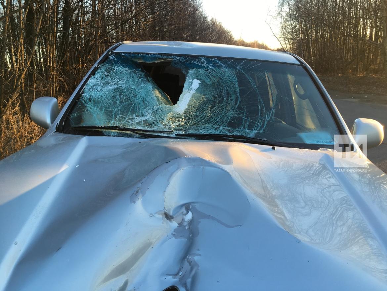 В Нижнекамске ледяная глыба слетела с кузова фуры и пробила лобовое стекло внедорожнику (ФОТО)