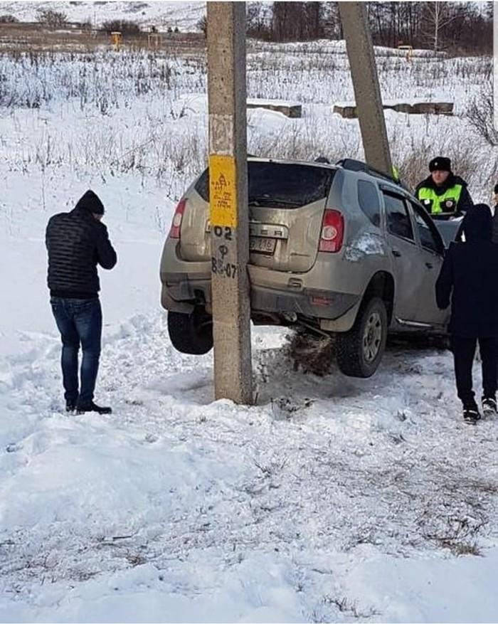В Альметьевске иномарка вылетела в кювет и застряла между опорами линии электропередач (ФОТО)