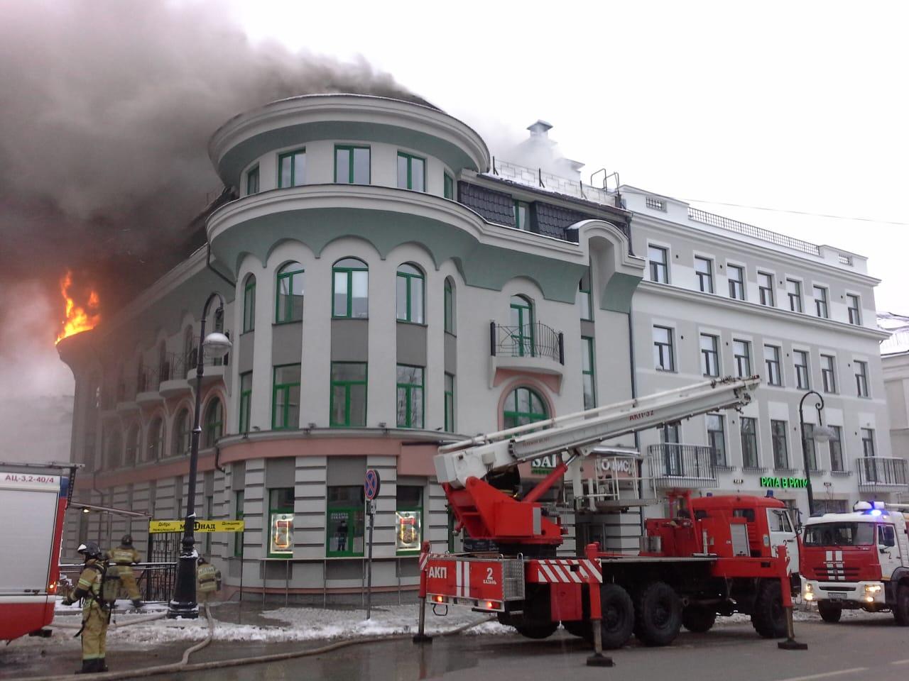 В центре Казани горит офисное здание. Эвакуировали 30 человек (ВИДЕО)