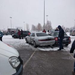 Водитель иномарки в Набережных Челнах протаранил девять машин на парковке возле гипермаркета (ФОТО)